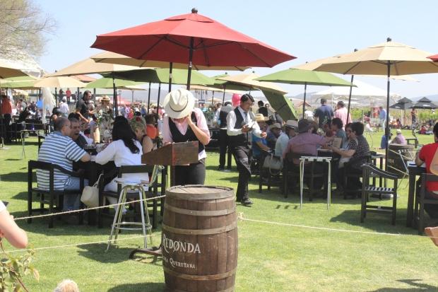 Los visitantes podían degustar vinos nacionales y quesos de la región